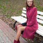 joven elegante abrigo de color púrpura — Foto de Stock