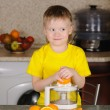 The child to wring out juice — Stock Photo