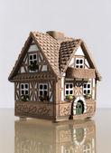 Klein huisje met een balkon — Stockfoto