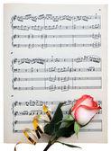 Rose på en musikalisk papper — Stockfoto