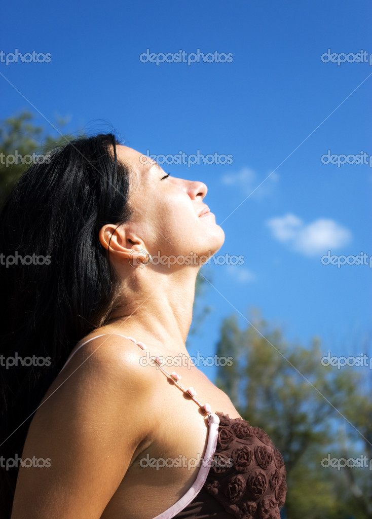 Attractive young girl relaxes, sunbathing on nature — Stock Photo #1033044