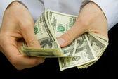 Pengar i händerna — Stockfoto