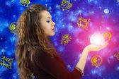 Dívka drží skleněná koule — Stock fotografie