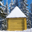 Log cabin in snowy forest — Stockfoto