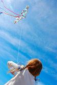 Criança empinando pipa — Fotografia Stock