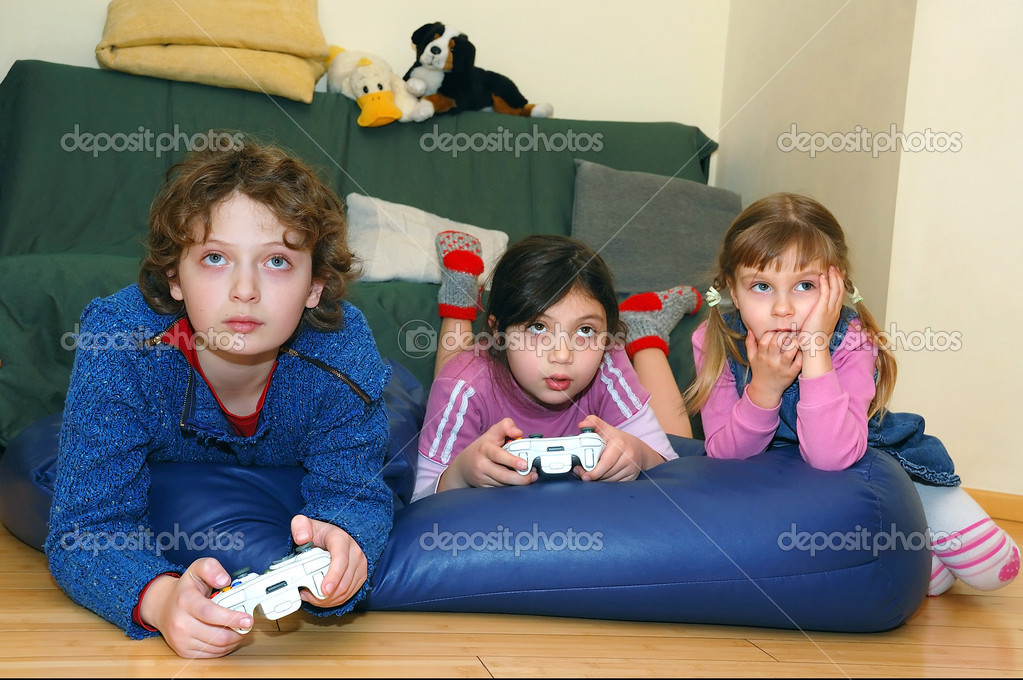 Group of kids playing a video game — Stock Photo #1006407
