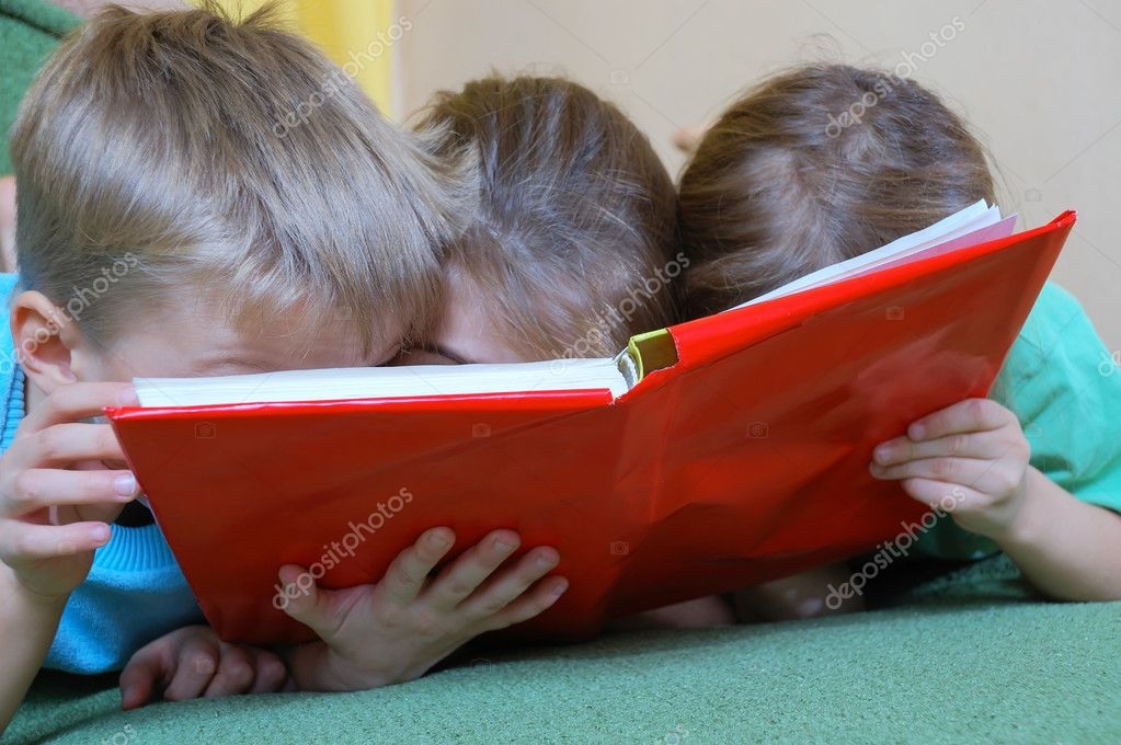 Three 5 year old kid reading the same book — Stock Photo #1006753