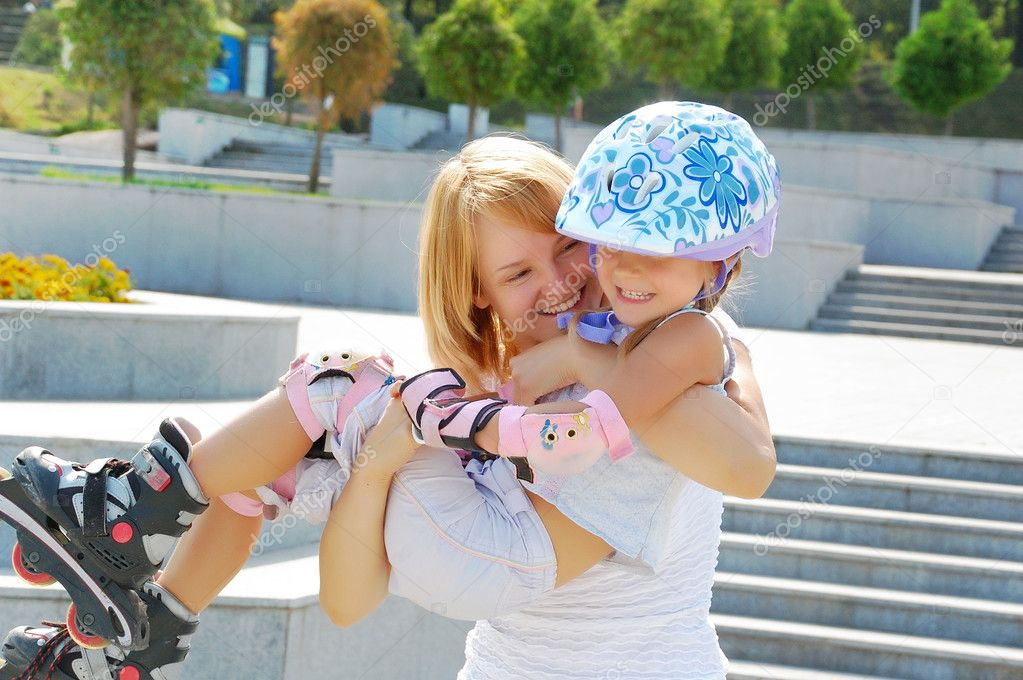 Daughter and mother having fun on inline skates in the park — Stock Photo #1006931
