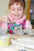 Niño jugando con arcilla — Foto de Stock