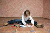 ребенок сидит на полу и рисование — Стоковое фото