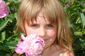 Child and flower — Stock Photo