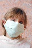 離岸インフルエンザ マスクを持つ子供 — ストック写真