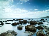睡在蓝色的天空下的海 — 图库照片