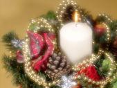 Bodegón de navidad sobre fondo de oro. así — Foto de Stock
