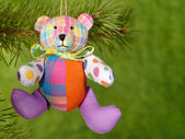 Xmas teddybeer op de groene achtergrond. — Stockfoto