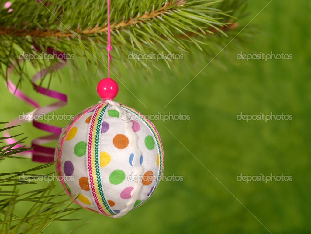 Xmas handmaded ball on the green background.  Lizenzfreies Foto #1015983