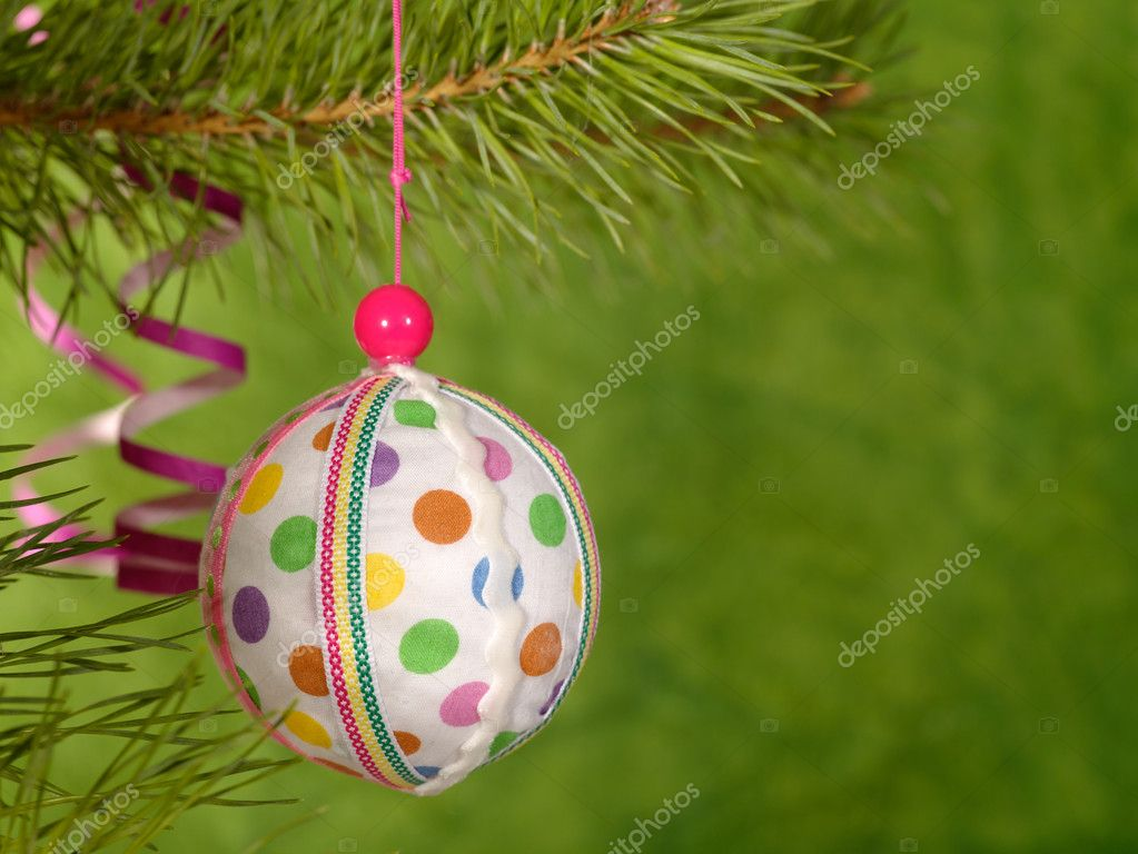 Xmas handmaded ball on the green background.  Foto Stock #1015983