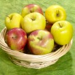 Fresh juicy apples on green background i — Stock Photo