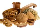 Biscotte de pain délicieux et anneau de pain sur w — Photo