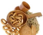 вкусный хлеб и хлеб кольца на белом — Стоковое фото