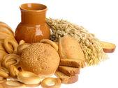 Delizioso pane, fette biscottate e pane anello su — Foto Stock