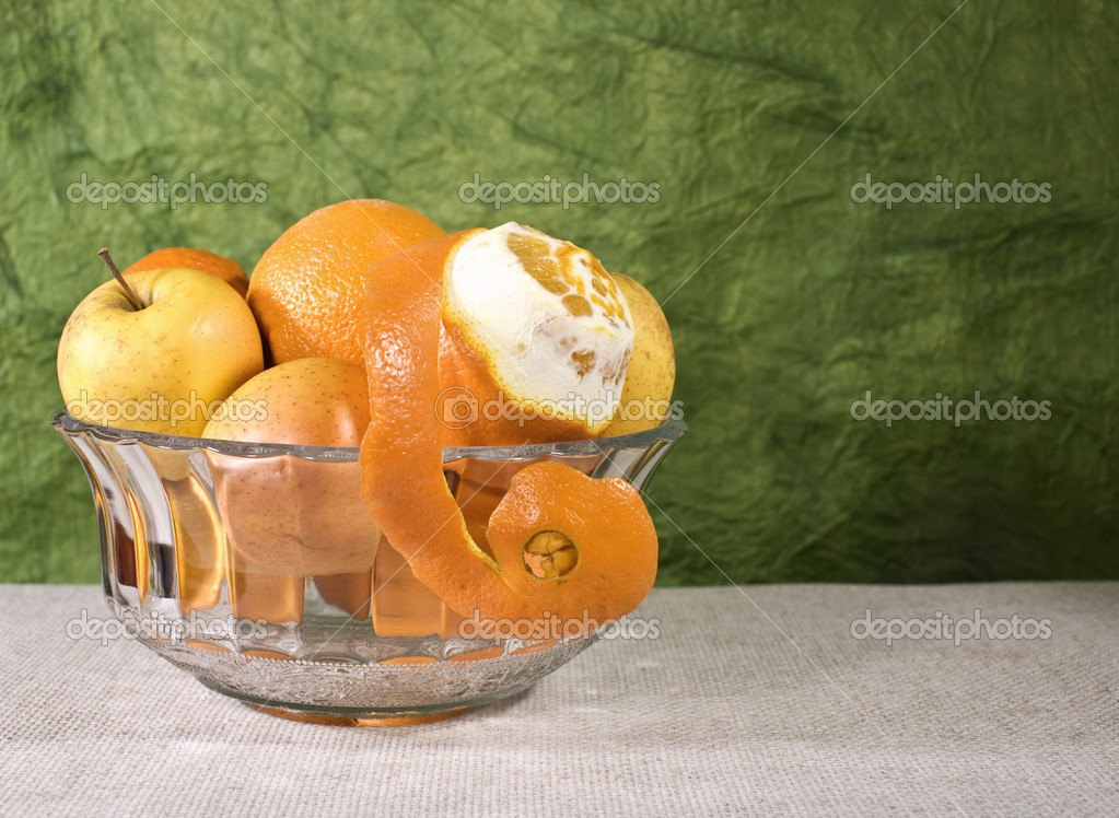 Cuisine still life. Bowl with fresh fruits on the desk — Photo #1913420