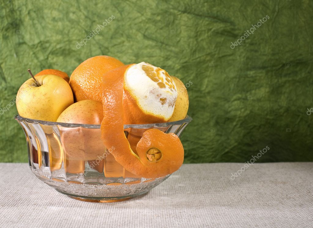 Cuisine still life. Bowl with fresh fruits on the desk — Stockfoto #1913420