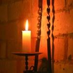 la vela en el soporte de latón de iluminación — Foto de Stock