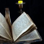 eski dini kitap ve mum — Stok fotoğraf