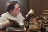старая женщина в библиотеке — Стоковое фото