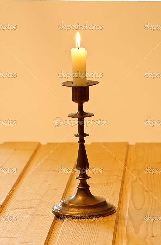 Candlestick with candle on woode plate — Stock Photo #1013042