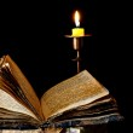 vela y antiguo libro religioso — Foto de Stock