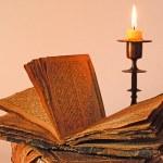 eski dini kitap ve şamdan — Stok fotoğraf