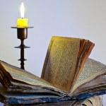 candelabro y antiguo libro religioso — Foto de Stock