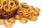 Panier avec anneau de pain sur un blanc — Photo