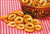 Košík s chlebem kroužkem — Stock fotografie