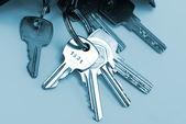 Aantal sleutels geïsoleerd over blauw — Stockfoto