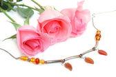 Naszyjnik i różowe róże — Zdjęcie stockowe