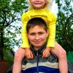 młody człowiek i mała dziewczynka — Zdjęcie stockowe