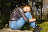 森の中の若い女性 — ストック写真