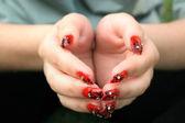 Mãos abertas com os dedos de arte do prego. — Fotografia Stock