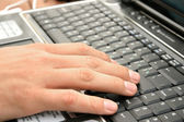 Hand op laptop — Stockfoto