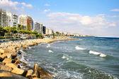Tropical city beach — 图库照片