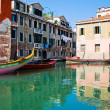 Calm water of a venetian canal — Foto de Stock