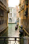 Típico canal em veneza, itália — Foto Stock