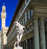 Man with dolphin, Clock Tower of Palazzo Vecchio and Uffizi Gallery, Florence, Italy — Stock Photo