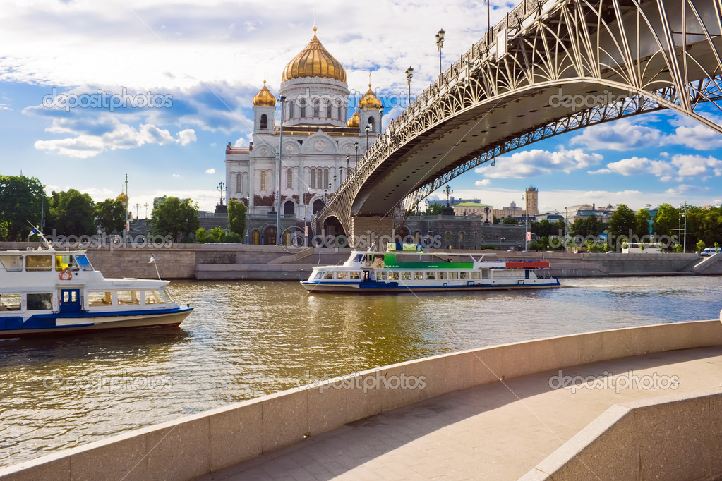 Bridge to Cathedral of Christ the Saviour, Moscow, Russia — Stock Photo #1008825