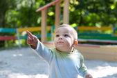 Kleine jongen met boek — Stockfoto