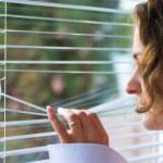mladá žena čeká s nadějí okna — Stock fotografie #1081903