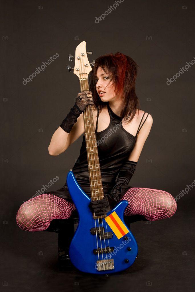 Фото девушка гитарой в студии